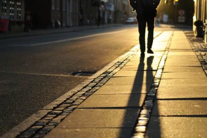 homem-andando-na-rua